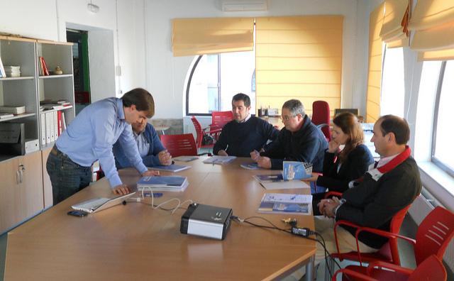 Lectura de informes en una reunión de trabajo